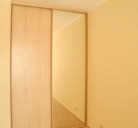 Встроенный шкаф-купе в спальню двухдверный с зеркалом