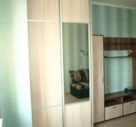 Встроенный шкаф-купе в спальню с зеркалом