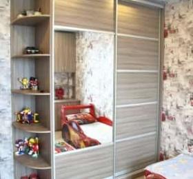 Отдельно стоящий шкаф-купе в спальне с угловым элементом
