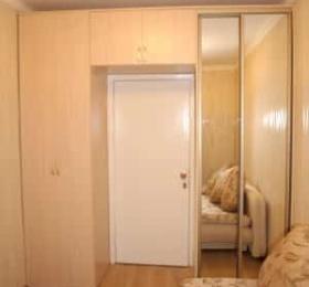 Шкафы рядом с дверью